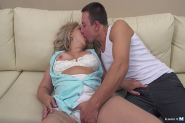 Oral seks between heavy hairy mother and son